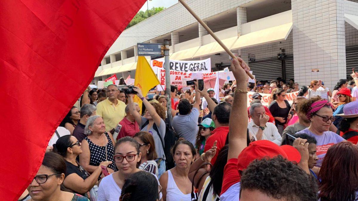 Estudantes e professores fazem manifestação  em ato contra corte de recursos pelo Governo Federal