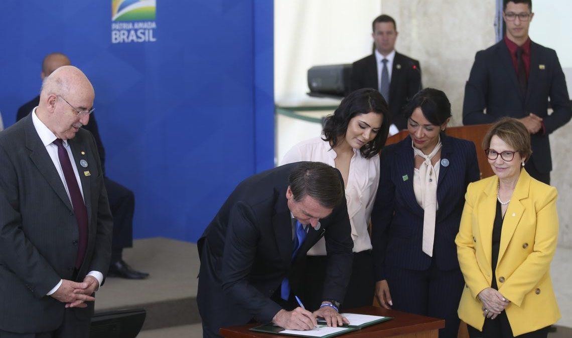 Presidente Bolsonaro assina decreto que incentiva servidor ao trabalho voluntário